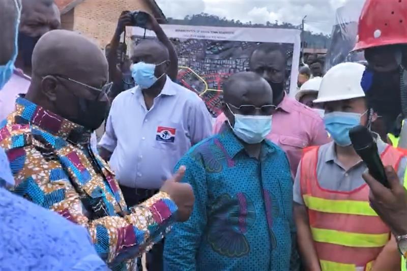 加纳总统(左一)视察GS公司Bibiani Town(5.00KM)道路项目并点赞.jpg